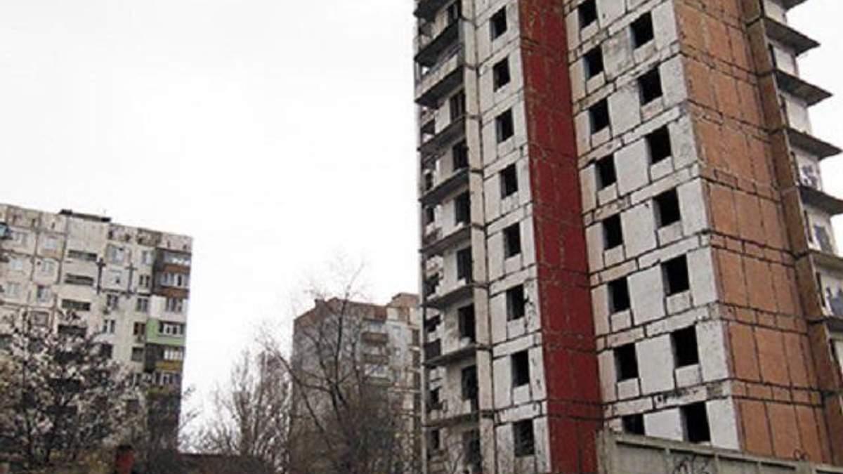 В Мариуполе с 14 этажа заброшенной высотки выпрыгнула школьница