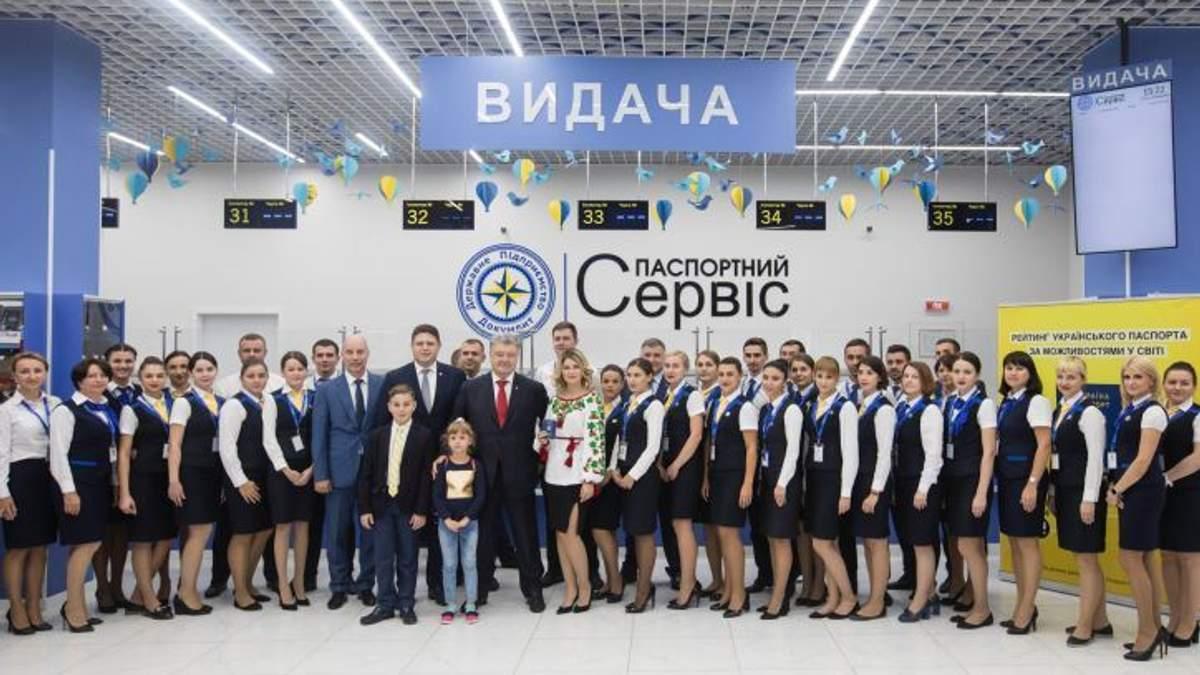 Уже 10 миллионов украинцев получили биометрические паспорта