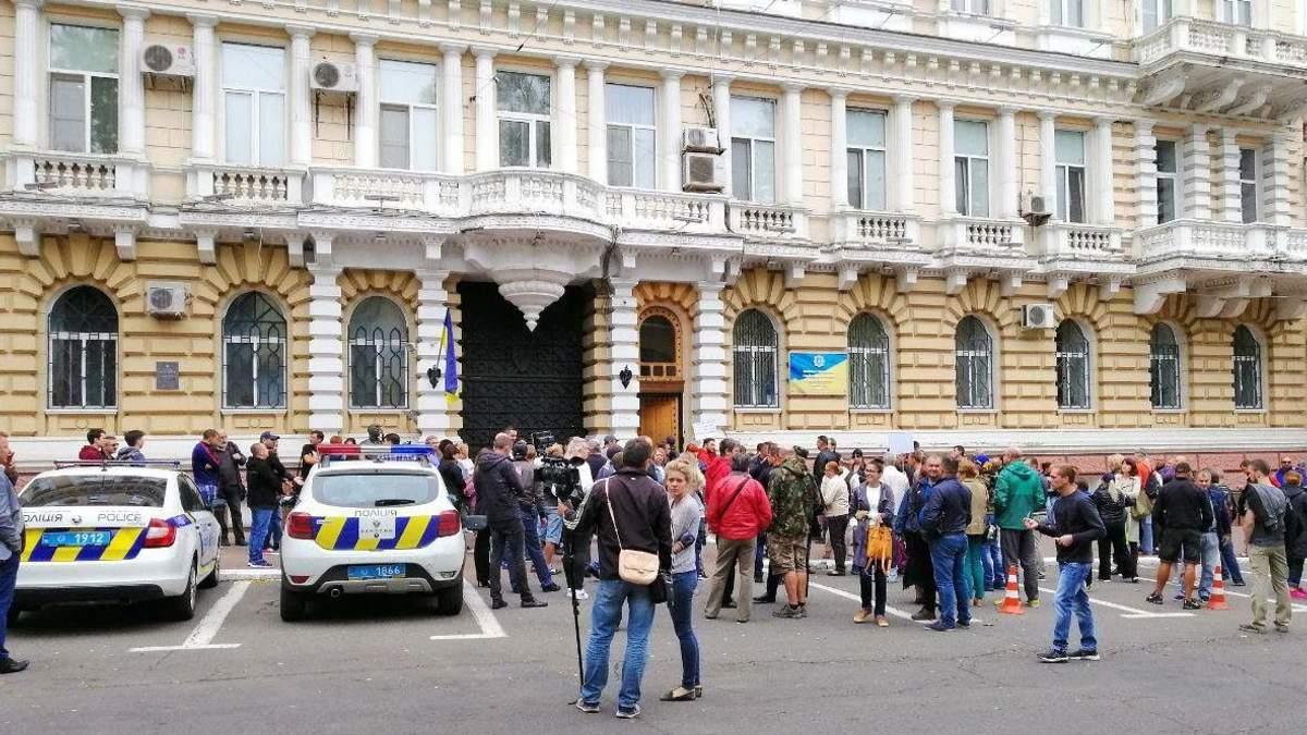 В Одесі люди вийшли на протест через замах на активіста Михайлика
