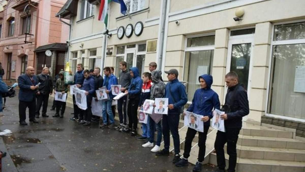 Скандал с венгерскими паспортами: активисты на митинге требовали закрытия консульства в Берегово
