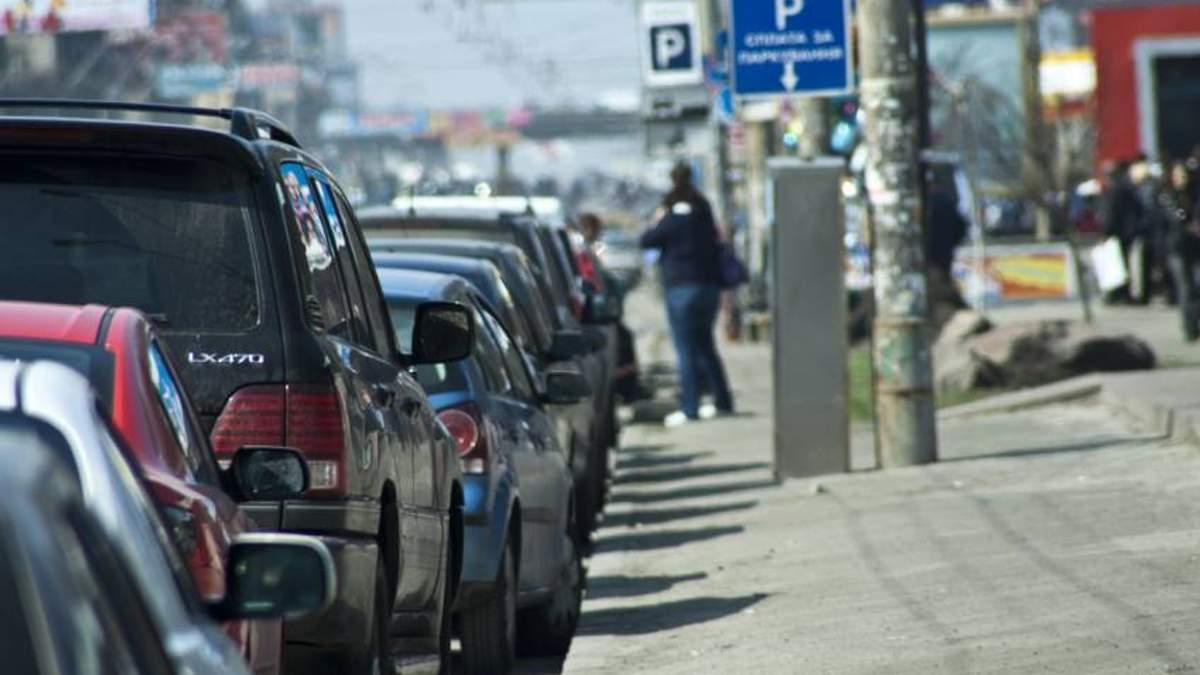 """Нові правила паркування: чому власники """"євроблях"""" зможуть оминати покарання"""