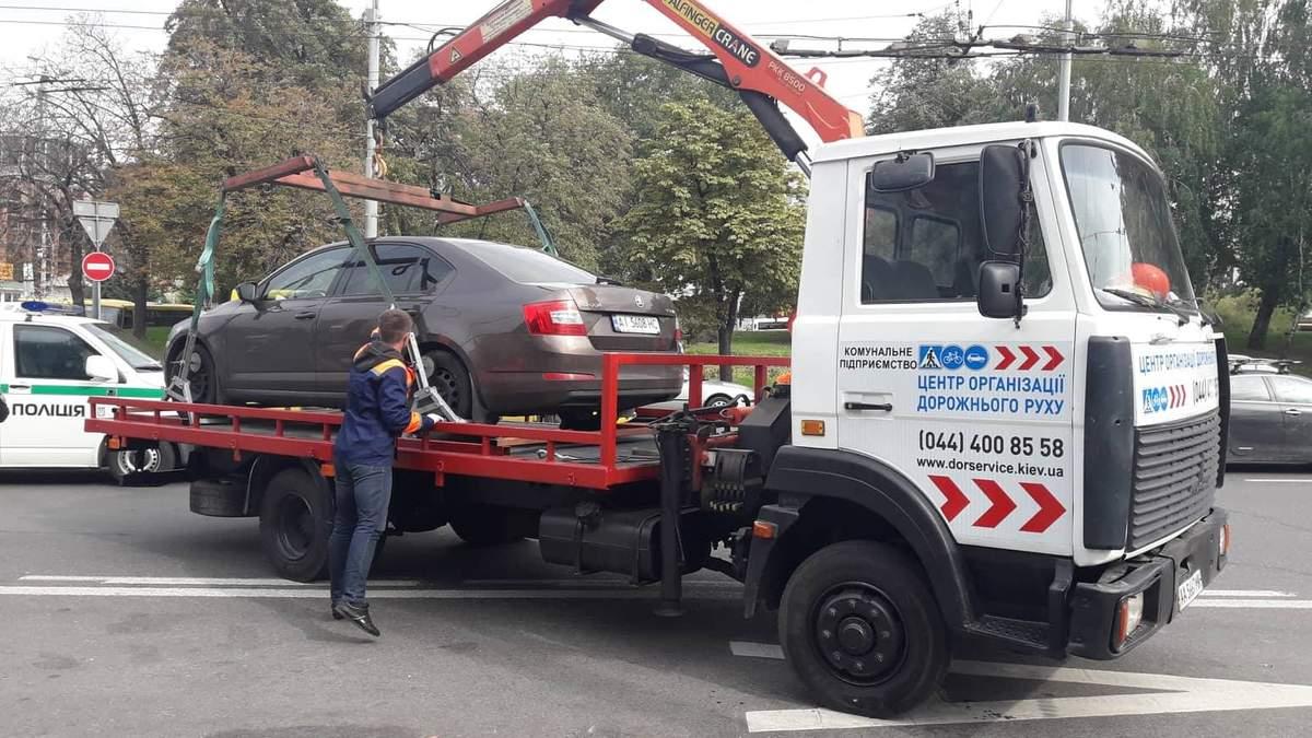 В Киеве эвакуируют авто, которые мешают движению