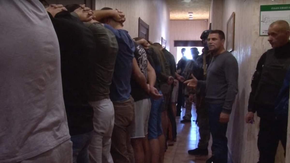 В один з хостелів Одеси заселились більше 20-ти озброєних туристів: відео