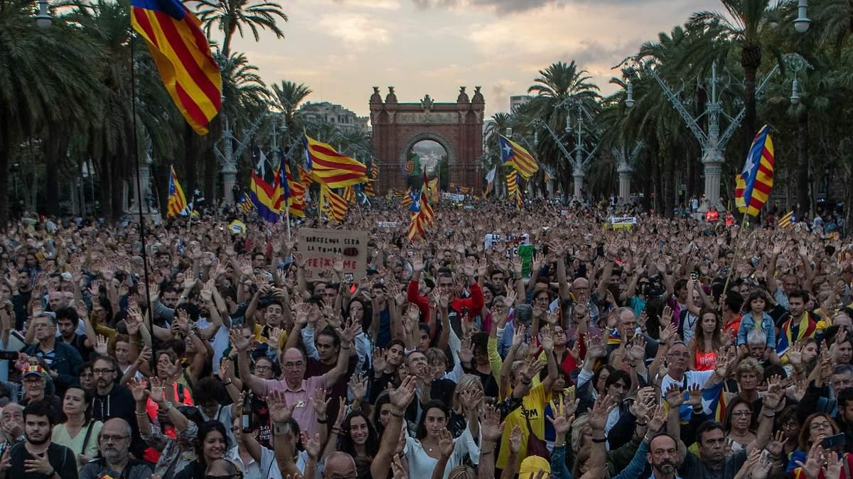Празднование годовщины референдума в Барселоне переросло в столкновения с полицией: фото, видео