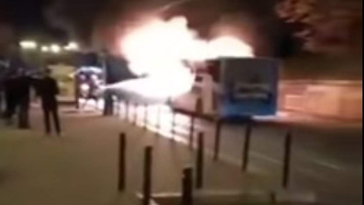 Посреди Львова на ходу загорелась маршрутка: шокирующее видео пожара
