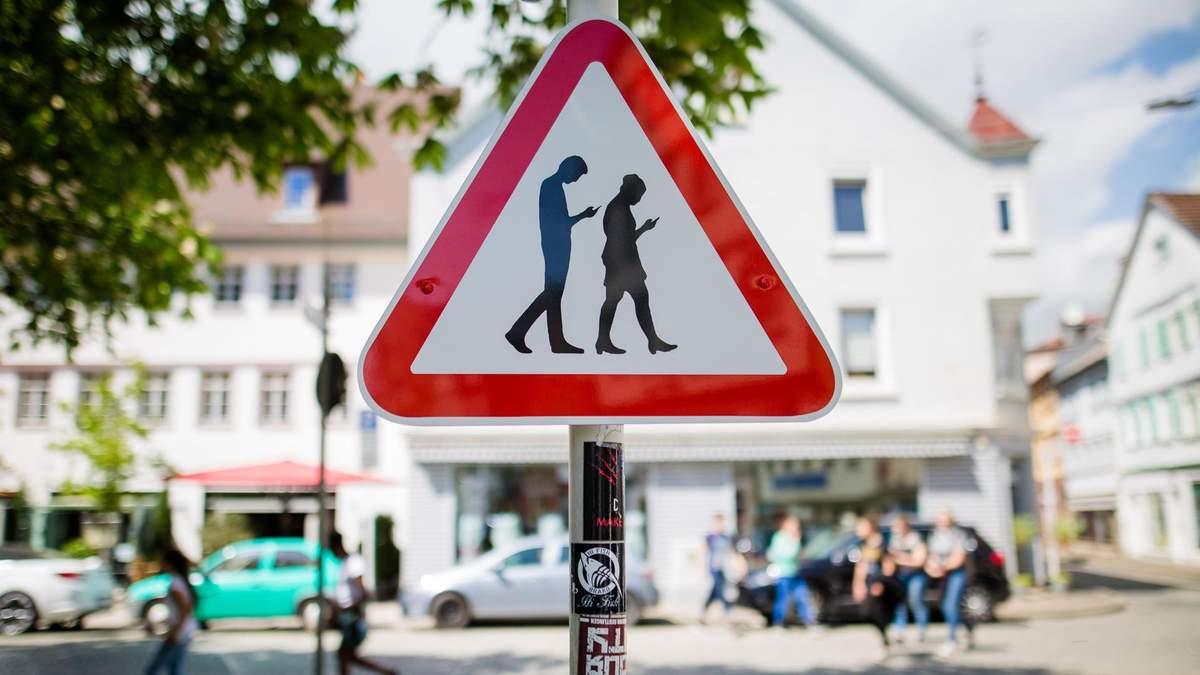 У Литві пішоходам заборонять користуватися мобільним телефоном