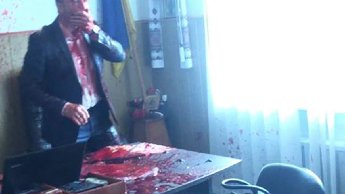Мэра города Винницкой области облили кровью из-за финансирования Крымского моста: фото