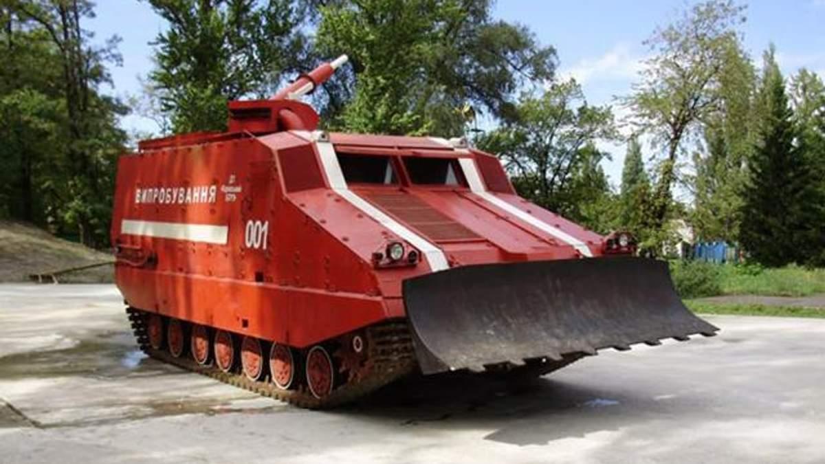 Пожежу на складі в Ічні гасить танк: вибухів поменшало