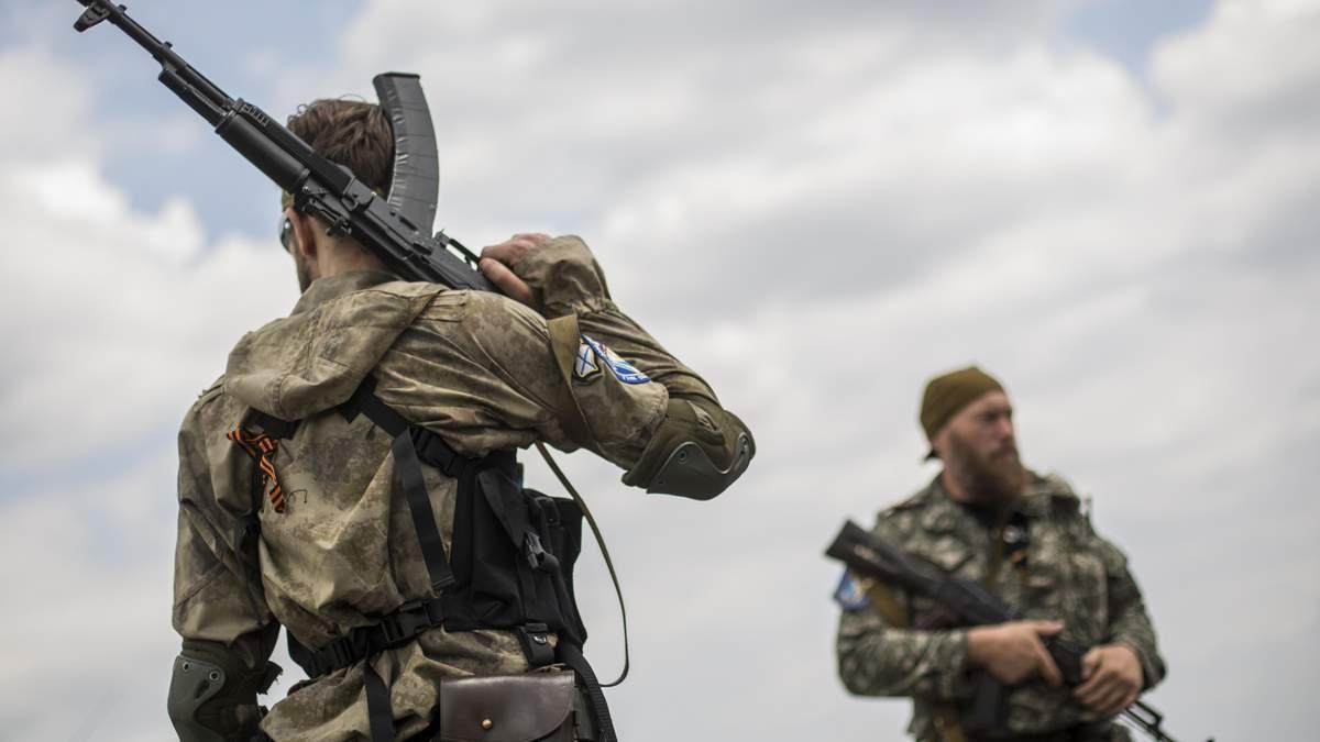 На окупованому Донбасі бойовики стягують військову техніку та риють траншеї