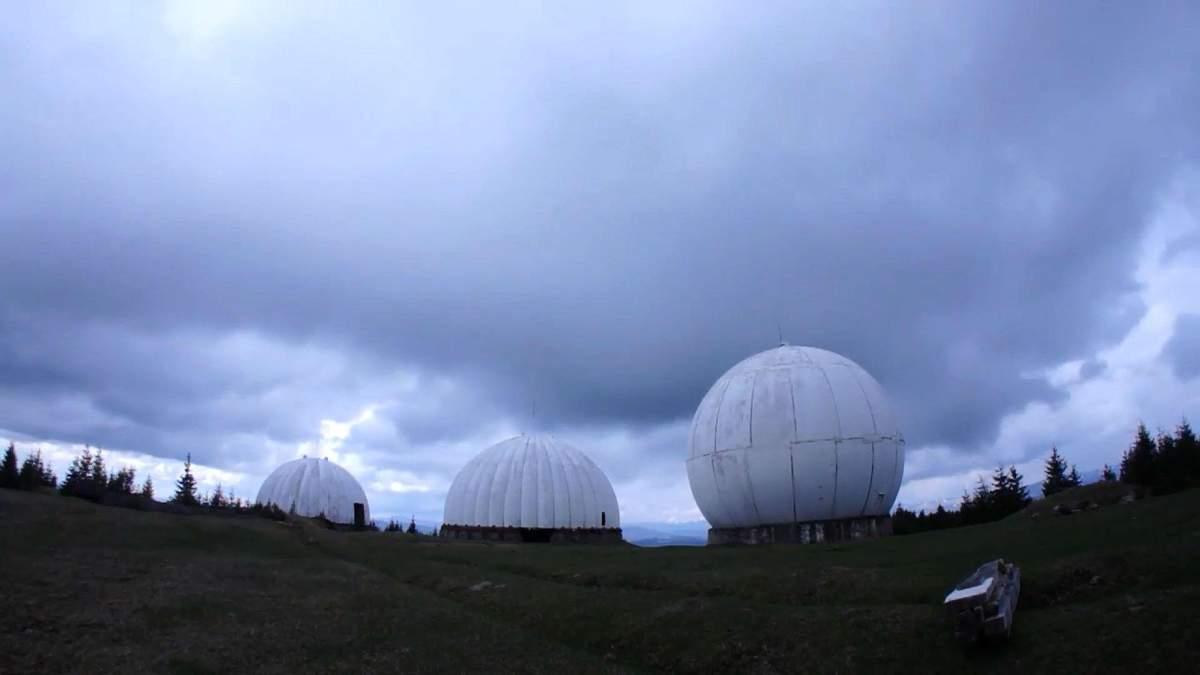У Карпатах невідомі розбирають популярну військову базу: фото