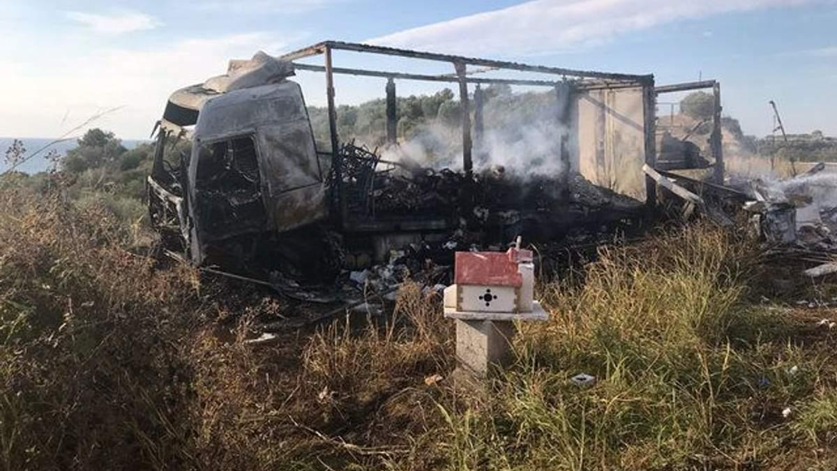 Обгоревший фургон в Греции