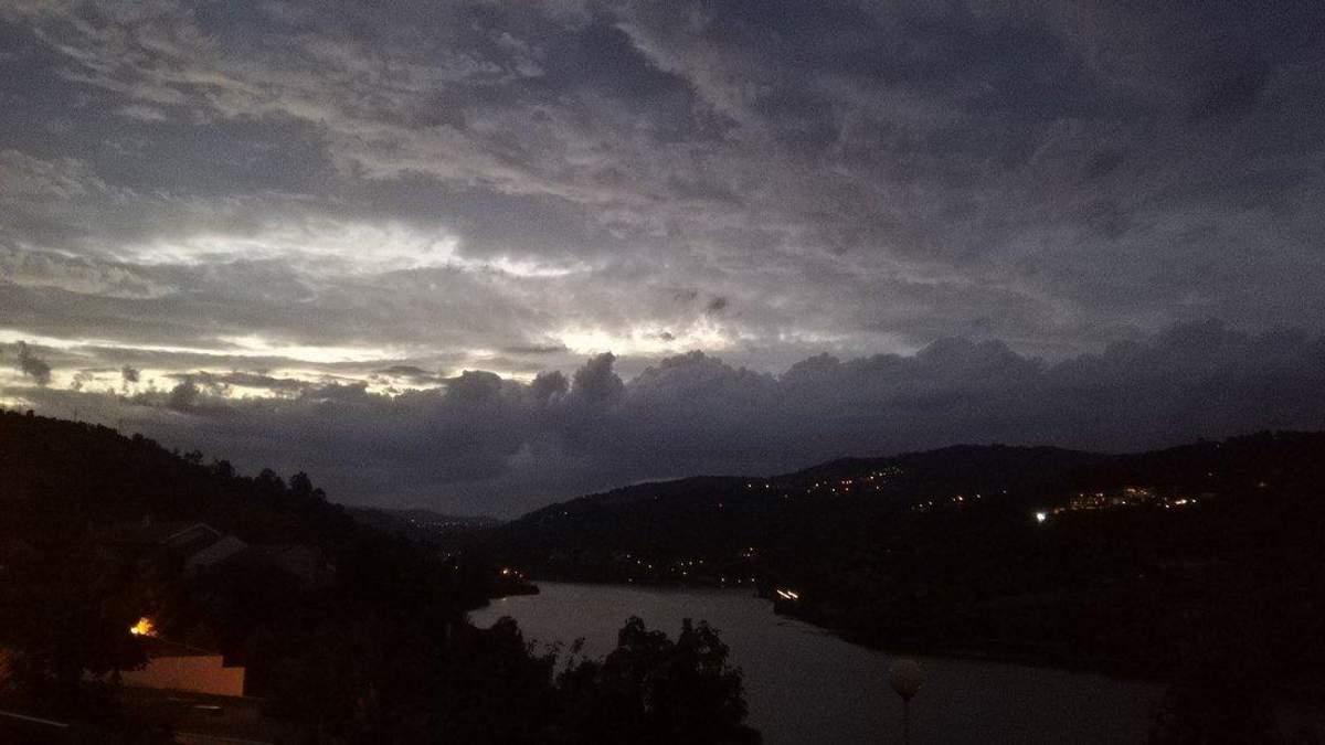 """Украинцам рекомендуют не ехать в Португалию из-за урагана """"Лесли"""""""