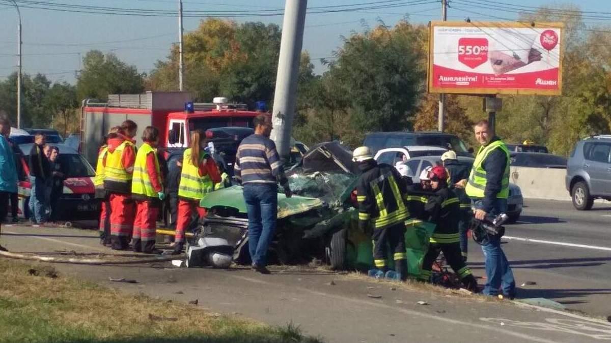 Полиция задержала водителя Seat, который на скорости влетел в столб в Киеве
