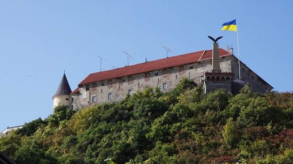 Символ Венгрии хотят изменить на герб Украины на замке в Мукачево