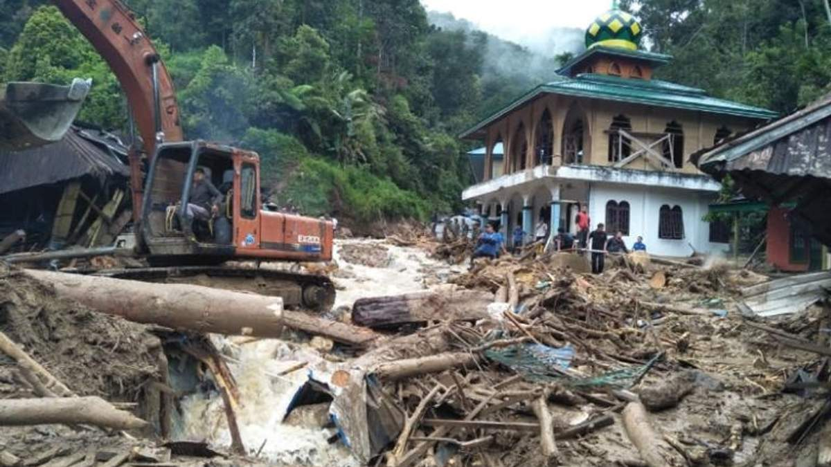 Смертельное наводнение в Индонезии