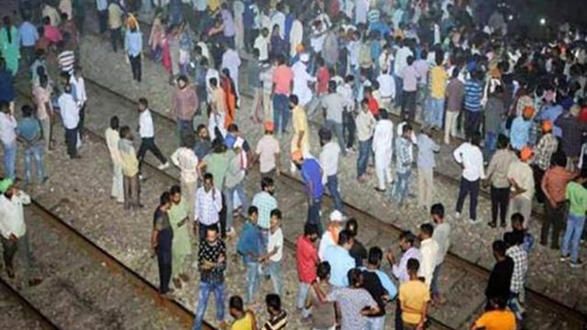 В Індії потяг в'їхав у натовп людей