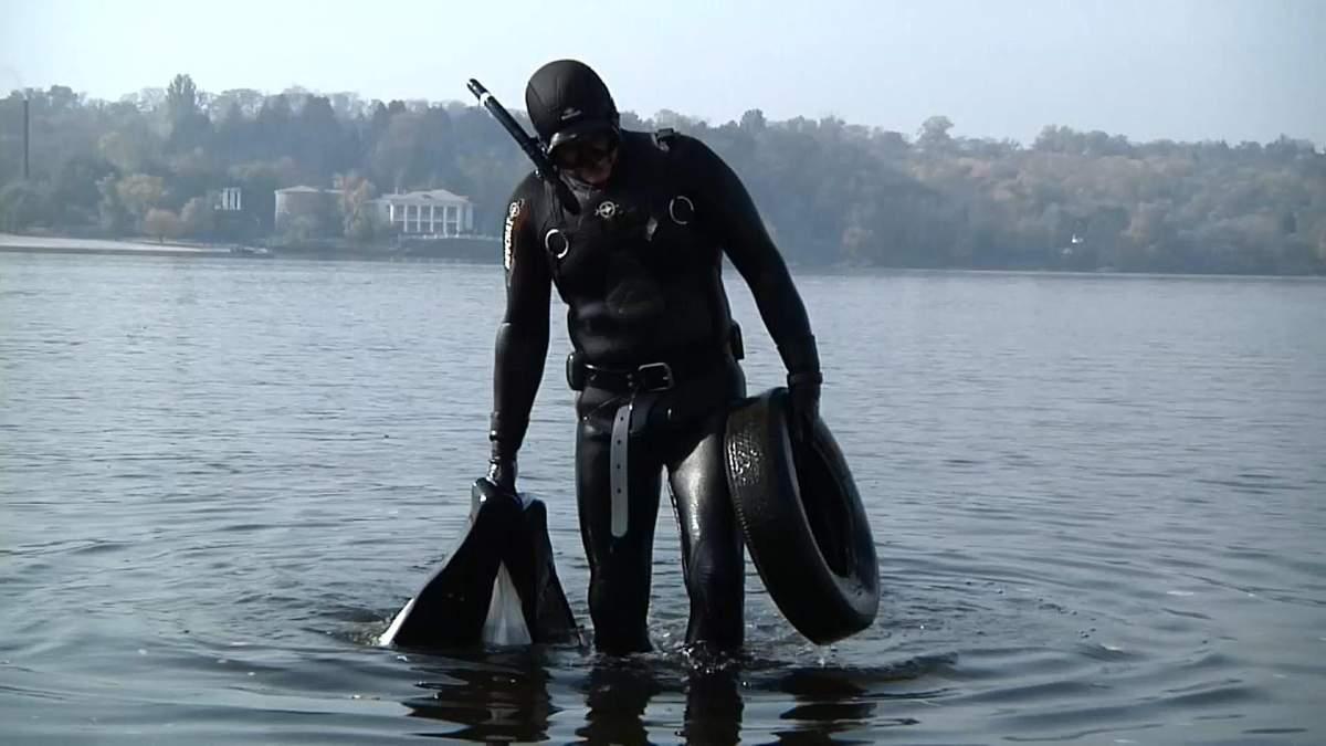 Купи пластику та одягу: у Запоріжжі дайвери дістали тонни сміття з річки Дніпро