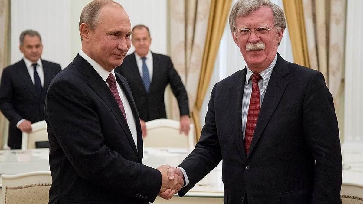 На зустрічі з Болтоном Путін дозволив собі поглузувати із герба США
