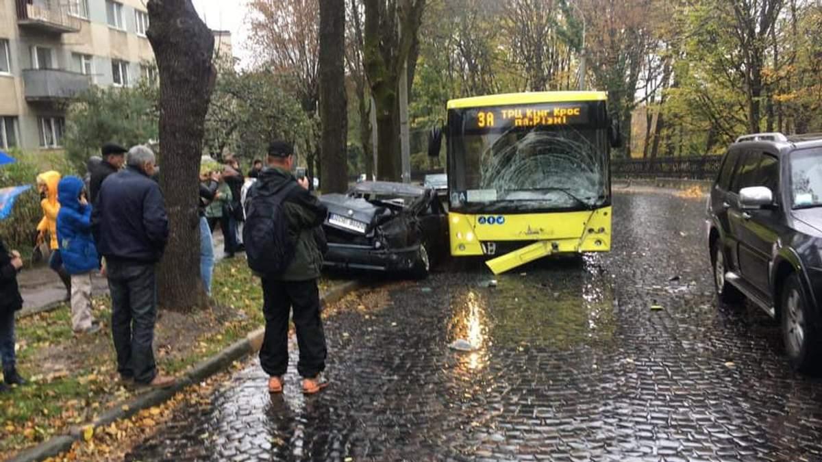 В заполненный автобус въехала легковушка на еврономерах во Львове: водитель скрылся с места ДТП