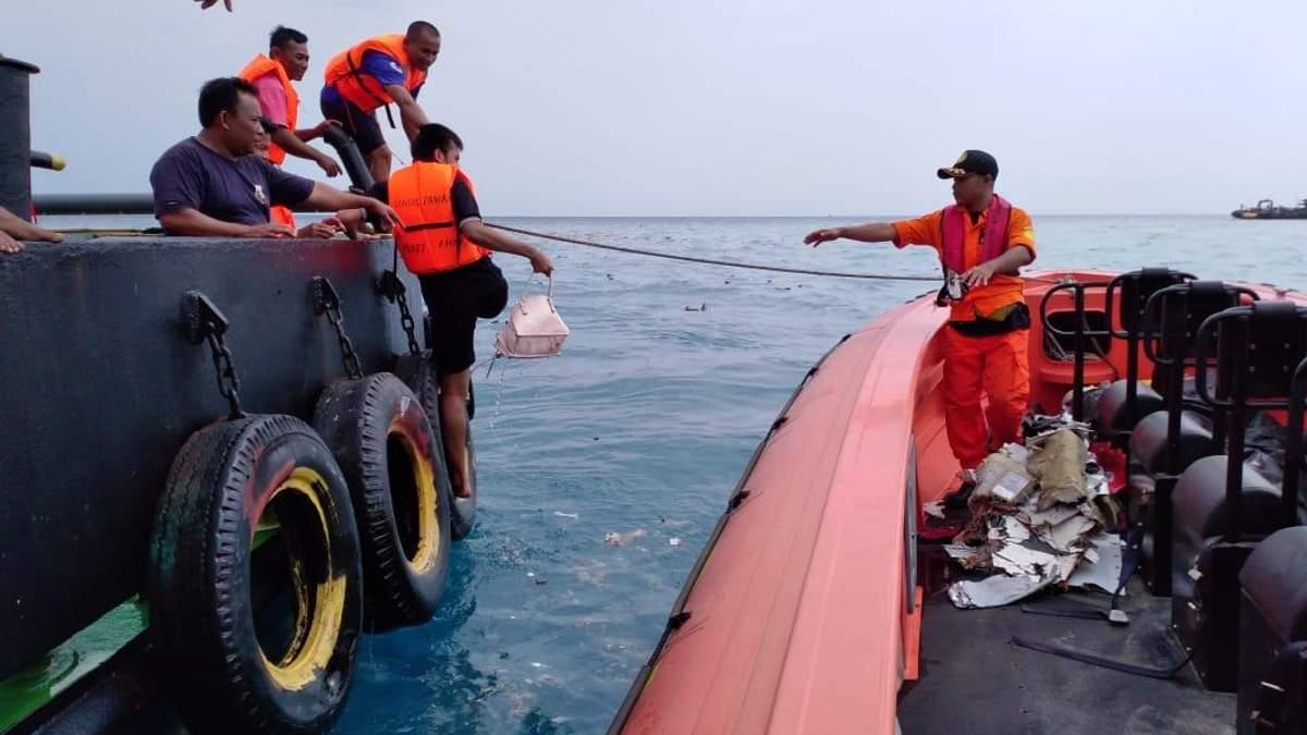 Аварія літака Boeing 737 в Індонезії: у морі знайшли уламки та особисті речі пасажирів