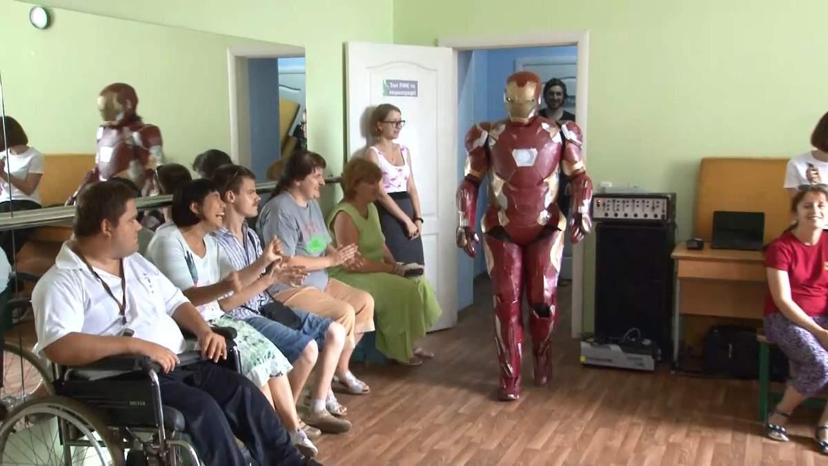 Дизайнер змайстрував незвичайні костюми супергероїв, аби допомагати людям з інвалідністю