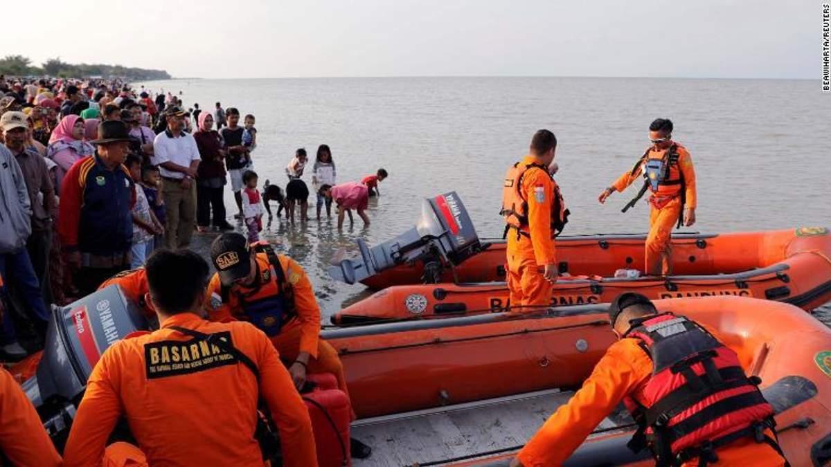 Катастрофа Boeing 737 в Індонезії: рятувальники знайшли перші тіла