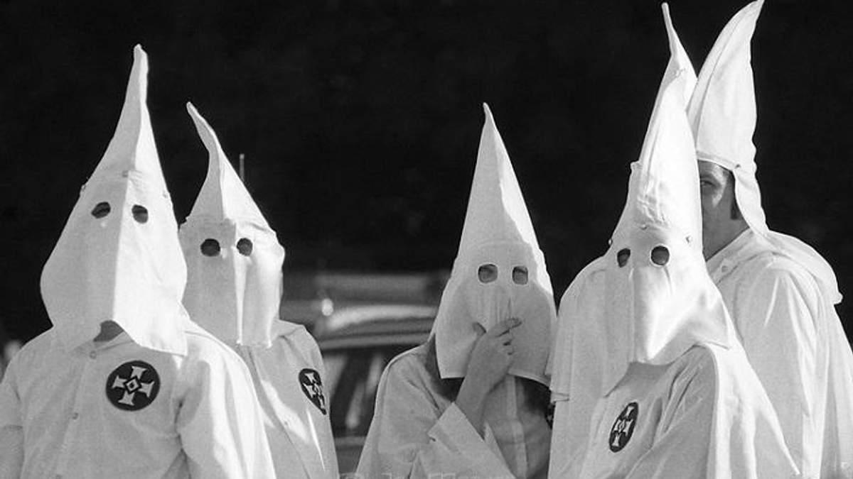 Люди у костюмах Ку-клус-клану налякала мусульман у Північній Ірландії