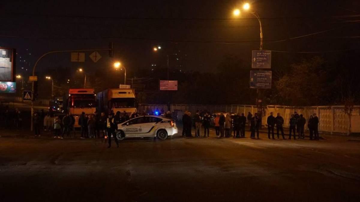 У Києві майже 2 тисячі людей залишились без світла: мешканці одного з будинків перекрили шосе