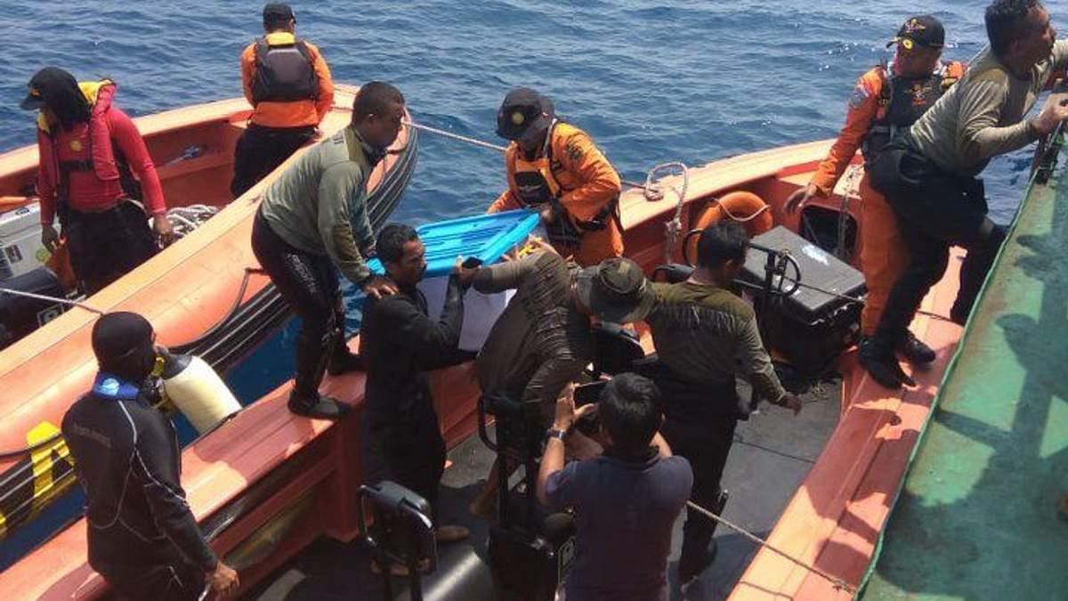 """Крушение самолета в Индонезии: спасатели нашли """"черный ящик"""""""