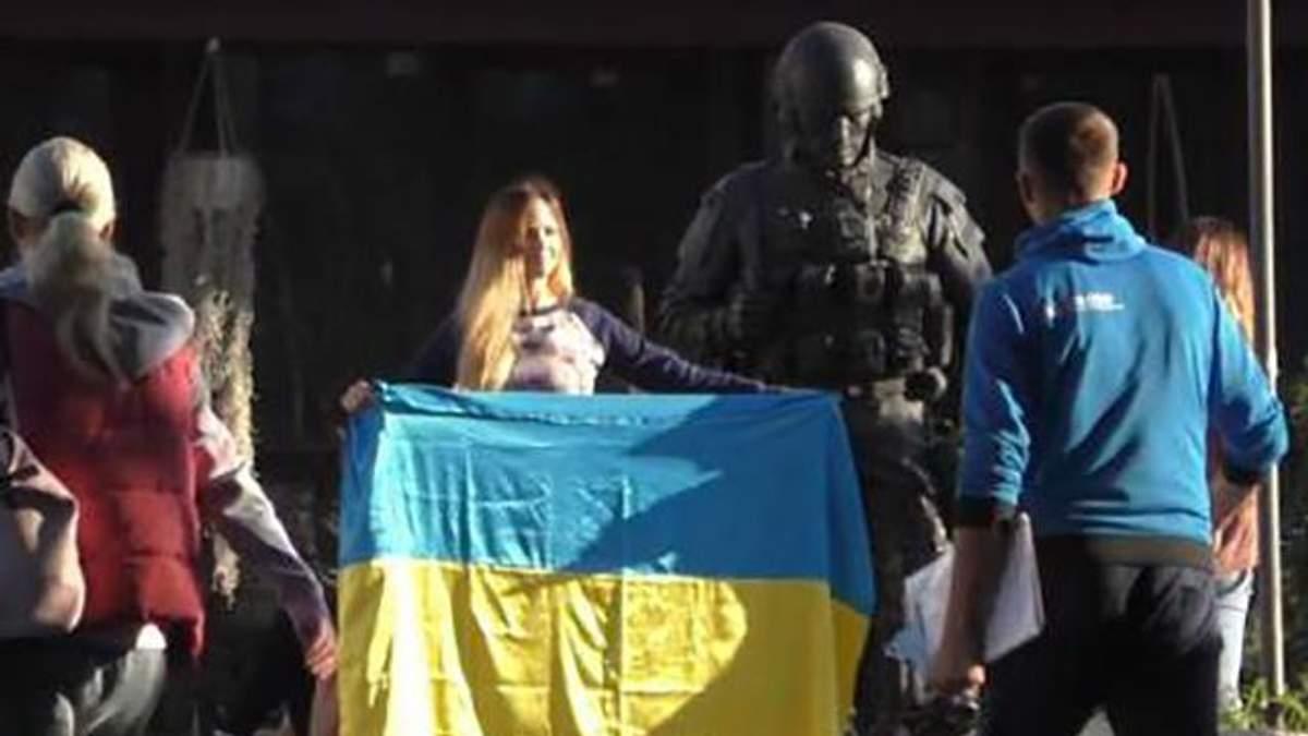 Російська блогерка-пропагандистка Олена Бардовська з українським прапором у Криму