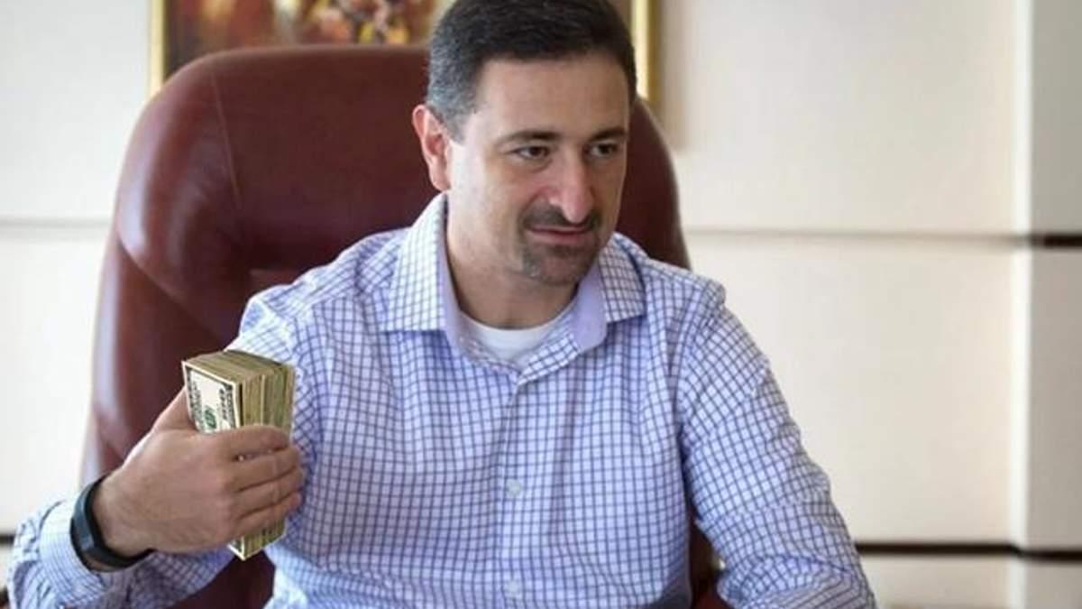"""Директор """"Укрпошти"""" отримує шалену зарплату в той час, як листоноші – тисячу гривень"""