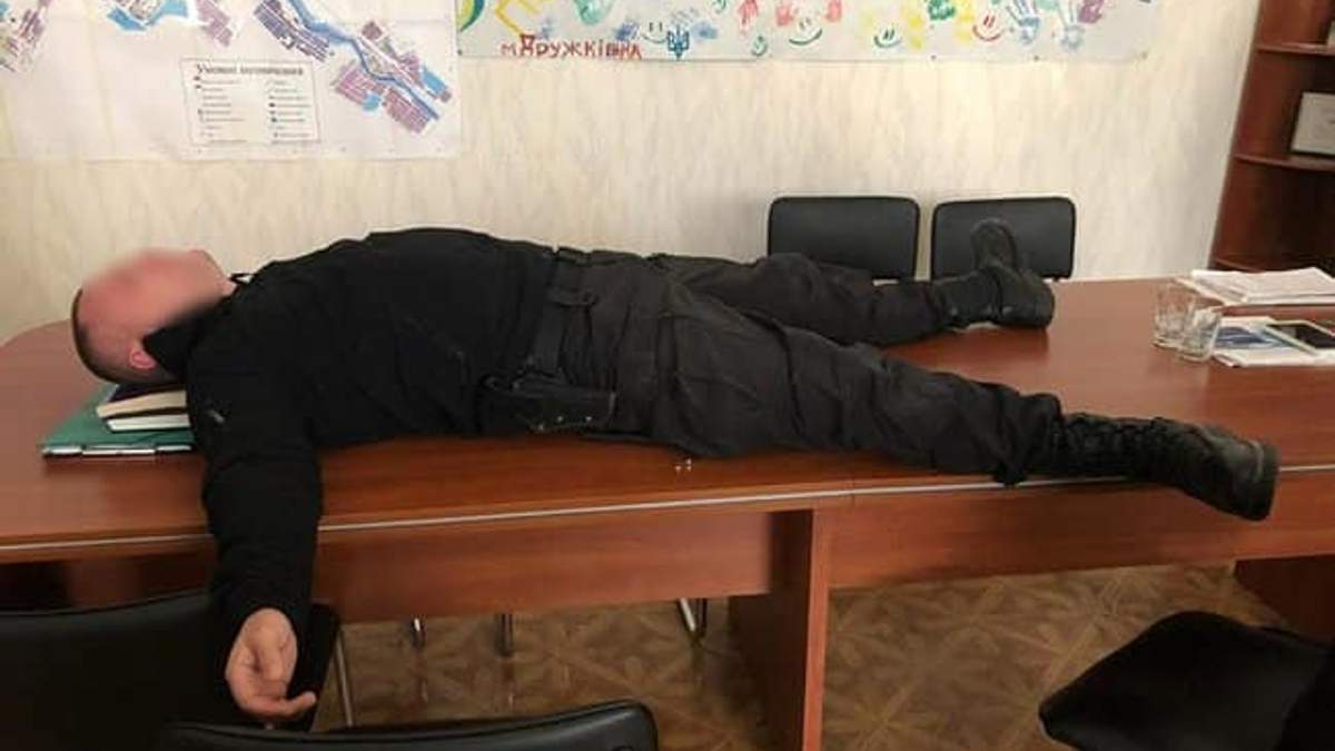 Майор поліції, якого впіймали на захмарному хабарі, виявився помічником нардепки Чорновол