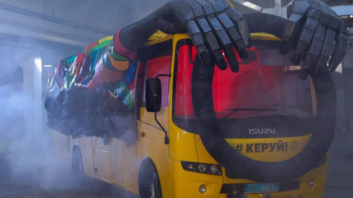 """Чудернацький задум правоохоронців: на українські дороги виїжджає автобус-""""привид"""", вражаючі фото"""