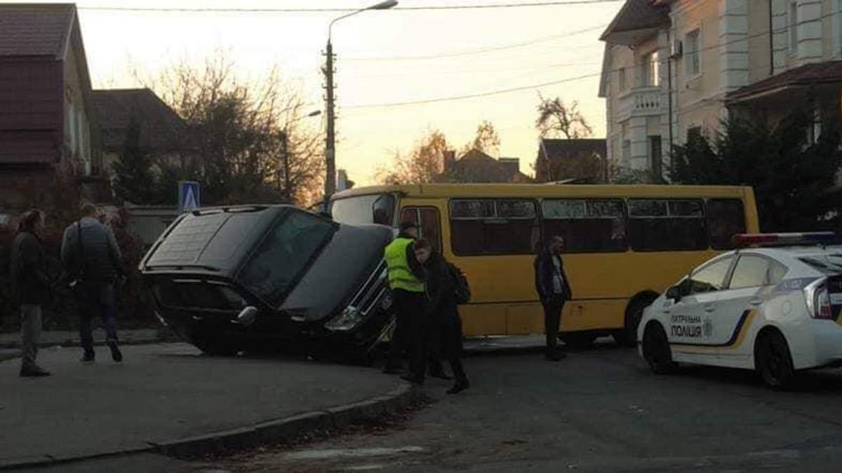 У Києві маршрутка зіткнулася з позашляховиком: постраждала жінка