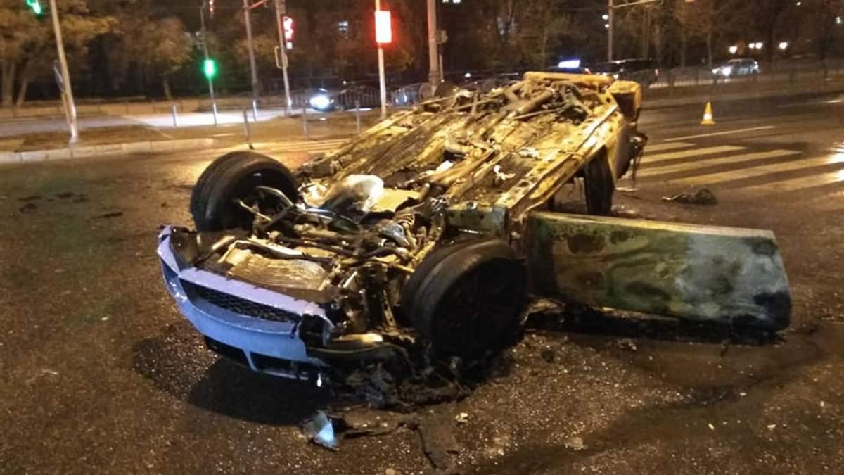 В Харькове столкнулись три автомобиля, один из них загорелся