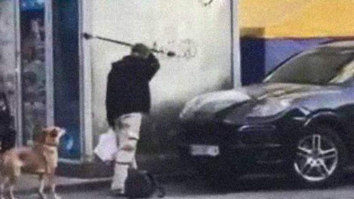 В Днепре неадекватный мужчина крушил автомобили на тротуаре