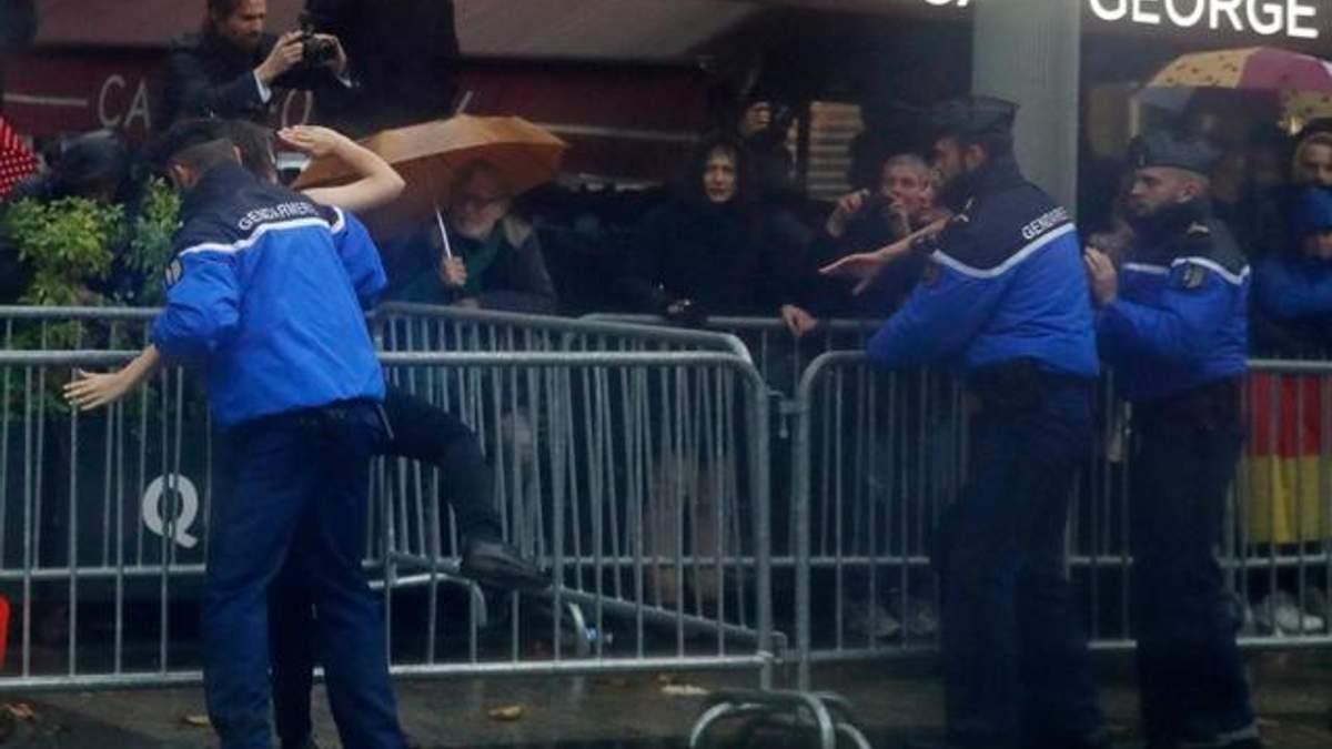 Активистки Femen прорвались к кортежу Трампа в Париже