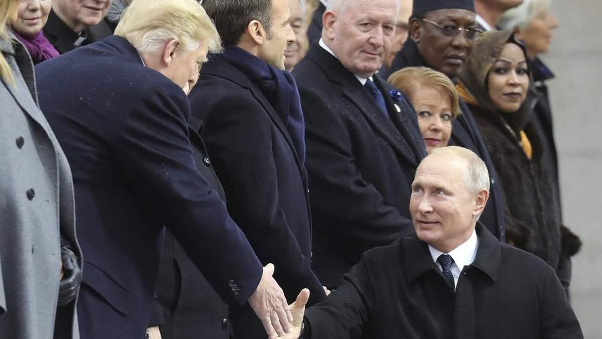 Трамп і Путін зустрілися у Парижі та потисли один одному руки