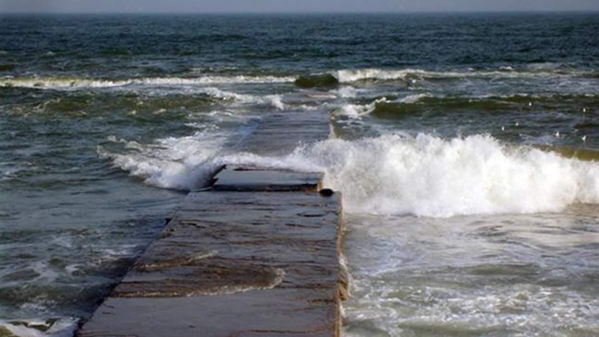В Одессе девушку смыло с пирса в море