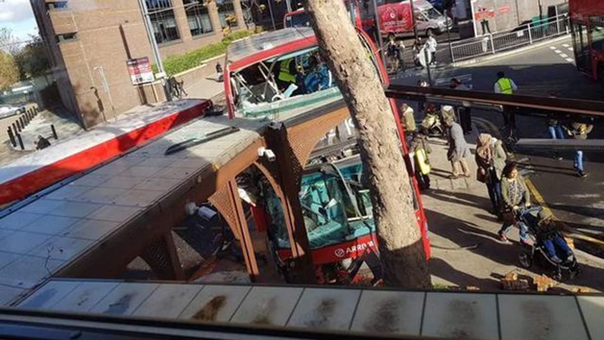 В Лондоне автобус влетел в остановку, пострадали почти 20 человек