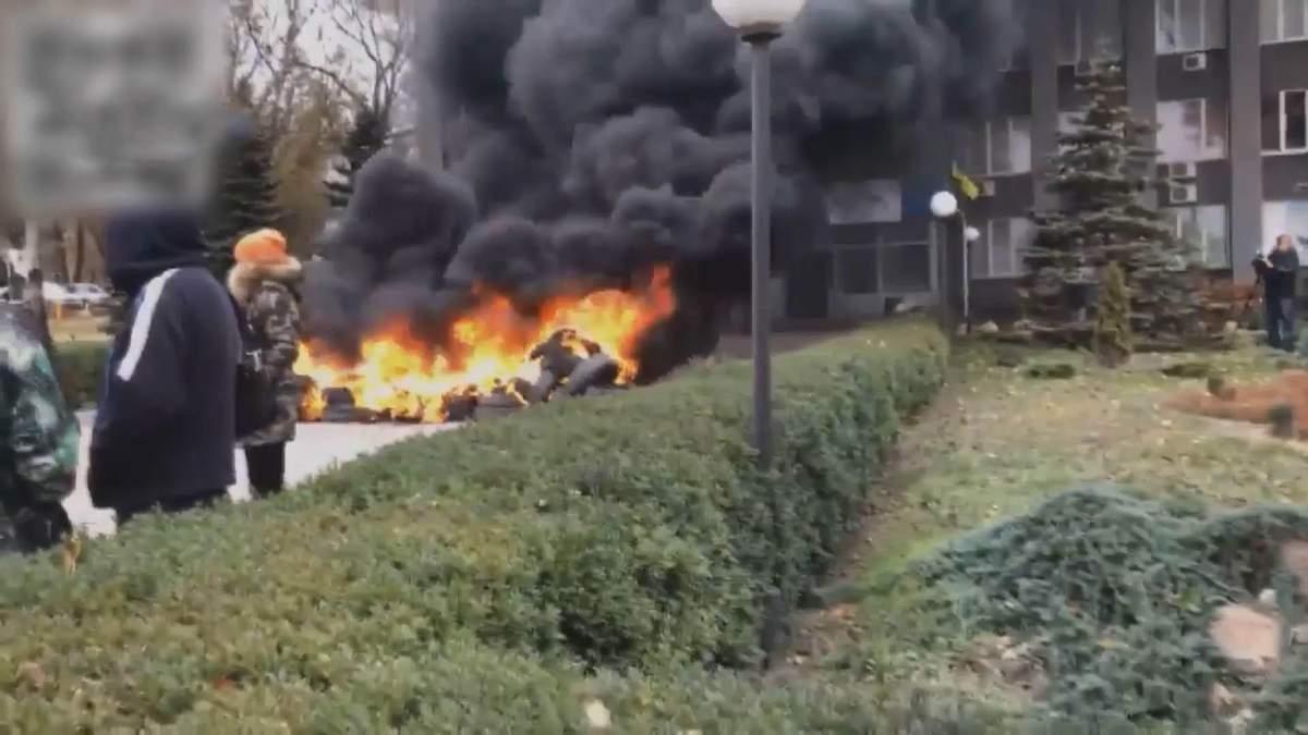 В Кривом Роге люди зажгли шины под горгазом из-за отсутствия отопления: видео