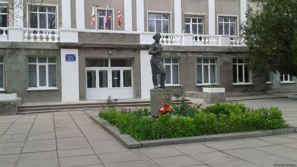 """В Керчи """"заминировали"""" школу №17, что находится в нескольких метрах от злосчастного политехнического колледжа"""