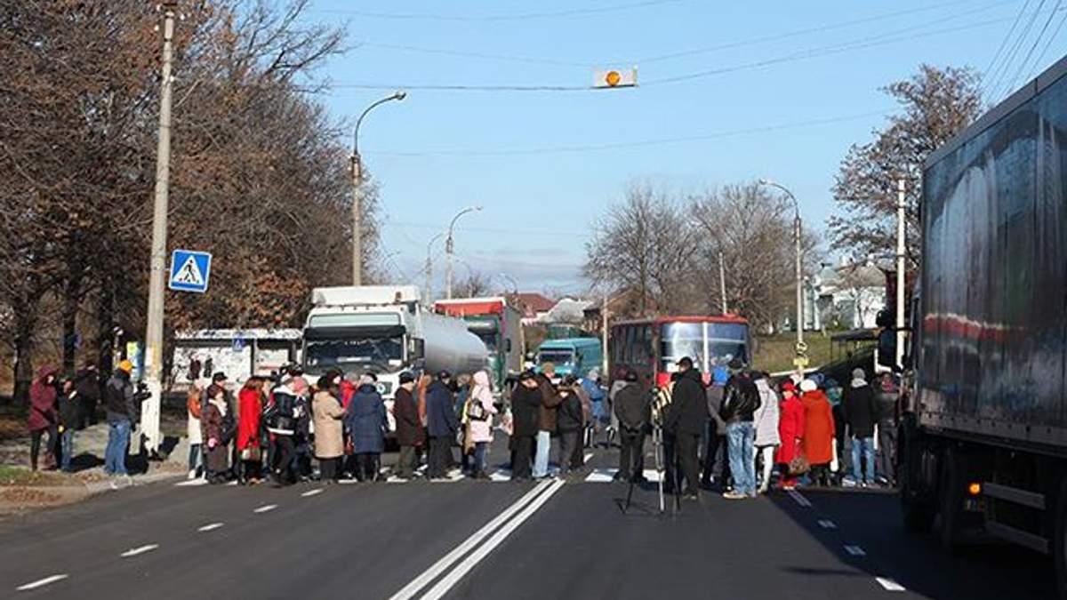 Жители Смелы перекрыли дорогу с требованиями вернуть тепло в дома