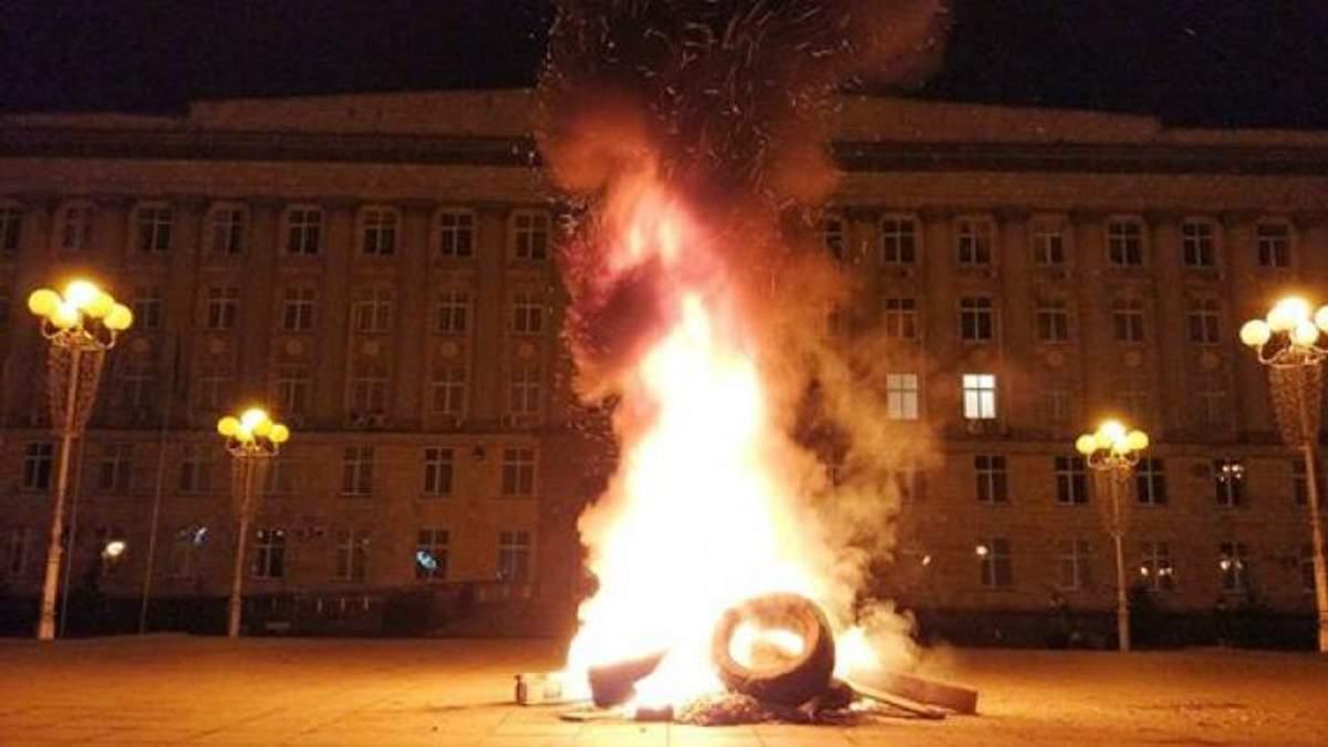Зажгли шины под горгазом: в Черкассах люди требуют запустить тепло в дома