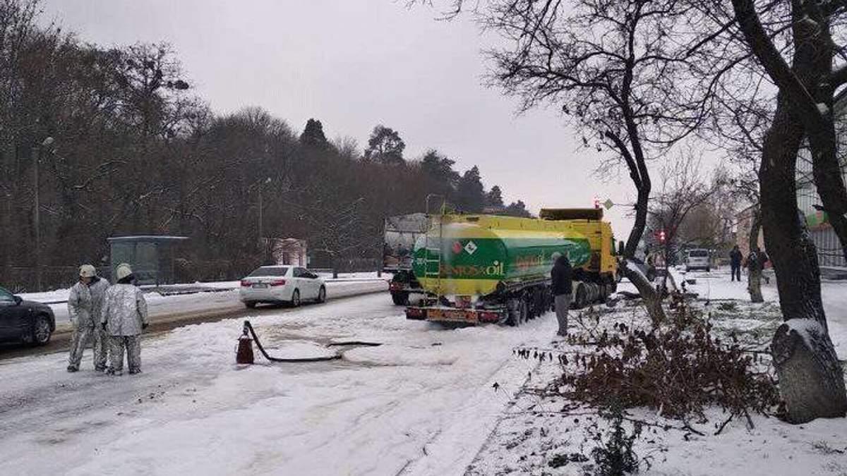 Грузовик влетел в бензовоз на Киевщине
