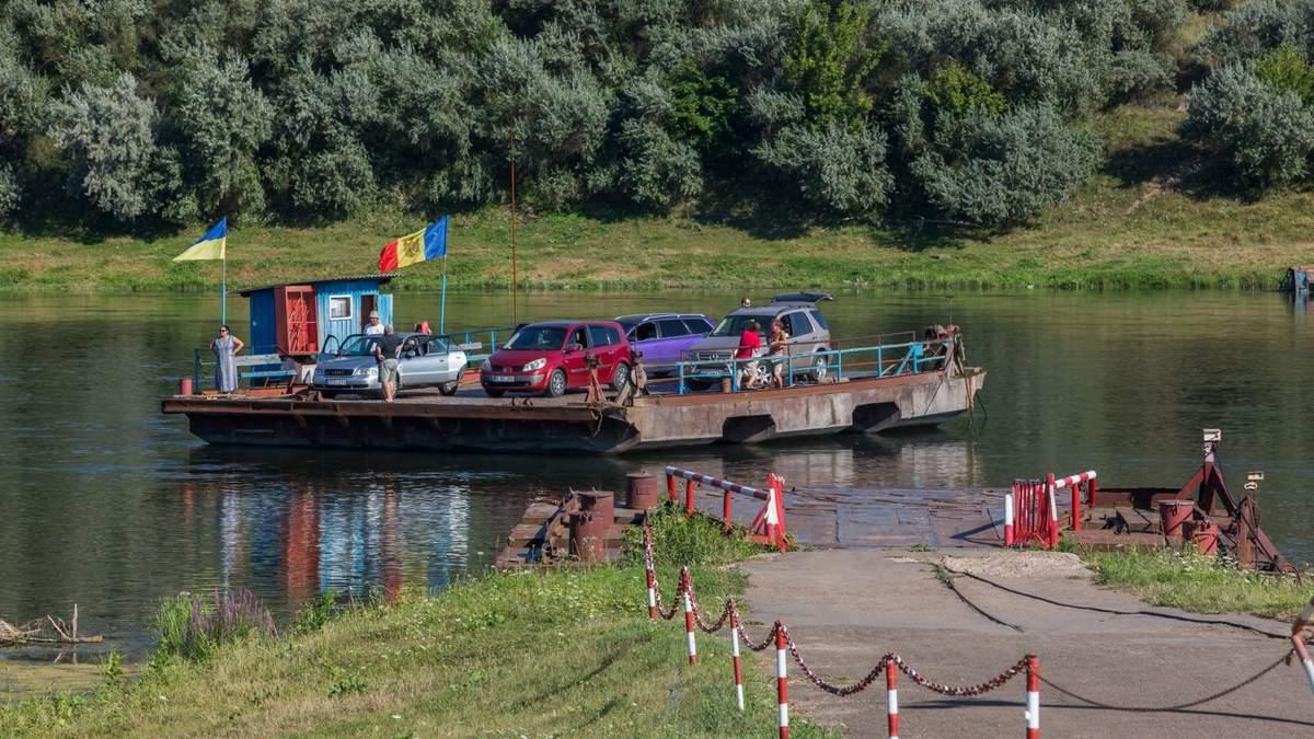Вид на паром через ріку Дністер, який курсує між українським і молдовським берегами ріки біля міста Ямпіль. 2 серпня 2017 року. Фото: Олексій Карпович.