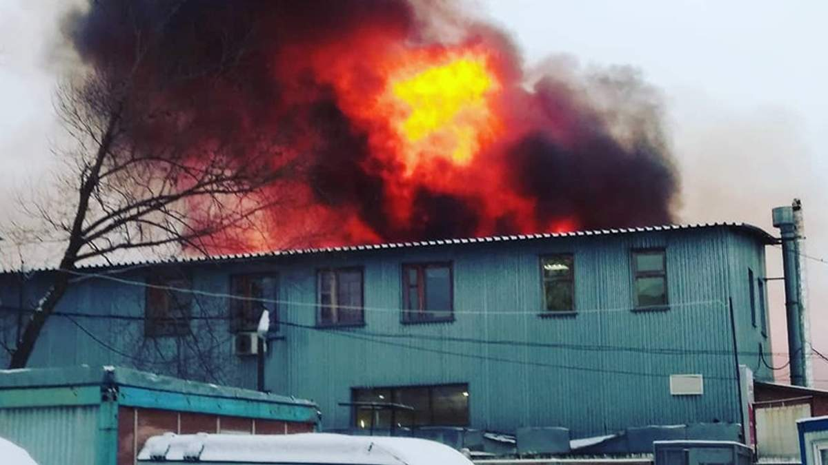 Под Москвой произошел масштабный пожар на рынке со строительными материалами