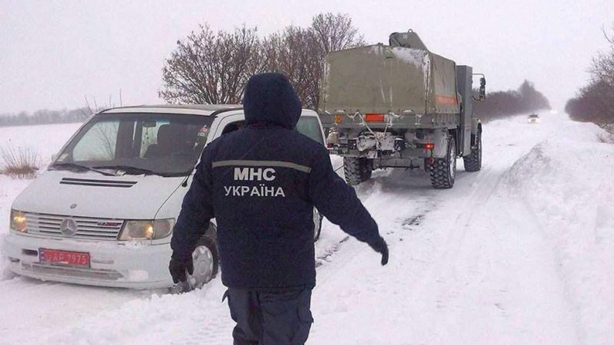 Надзвичайники попередили про сильні снігопади та ожеледь на більшості території України