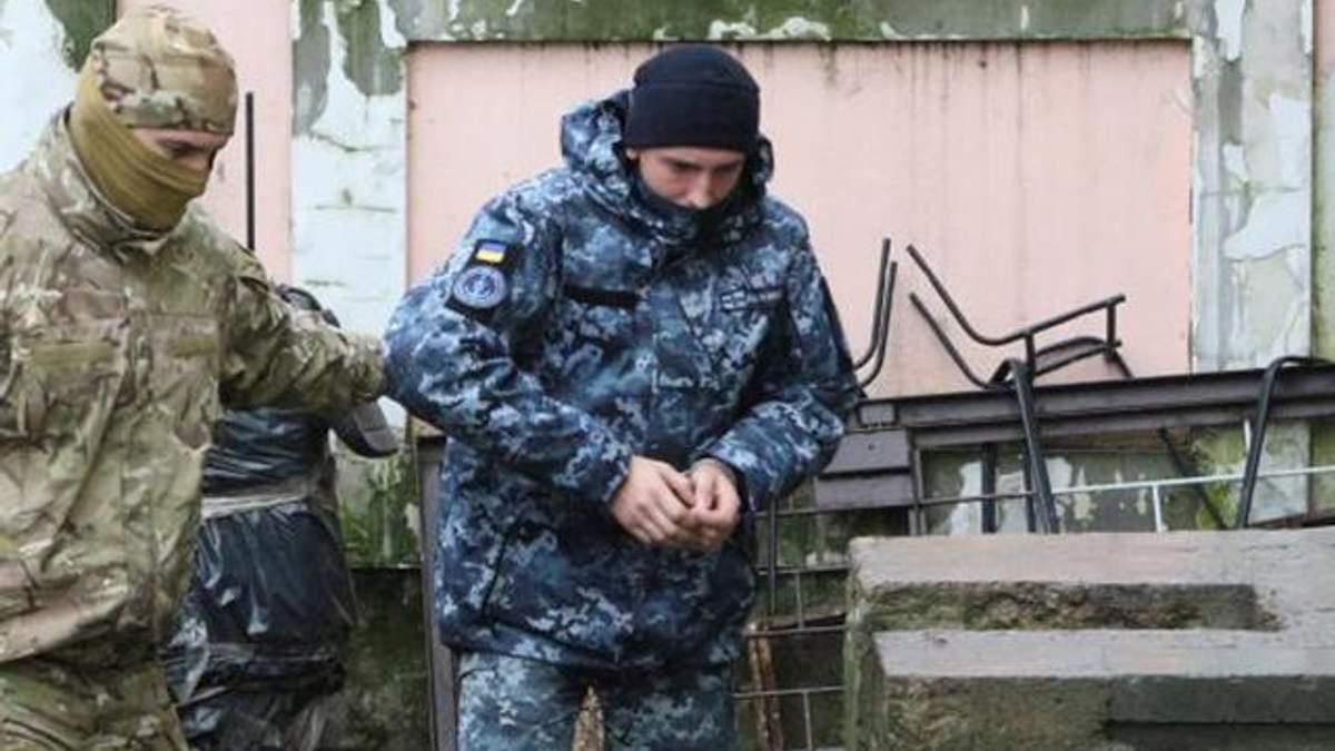 Захваченных украинских моряков вывозят из Крыма в Москву