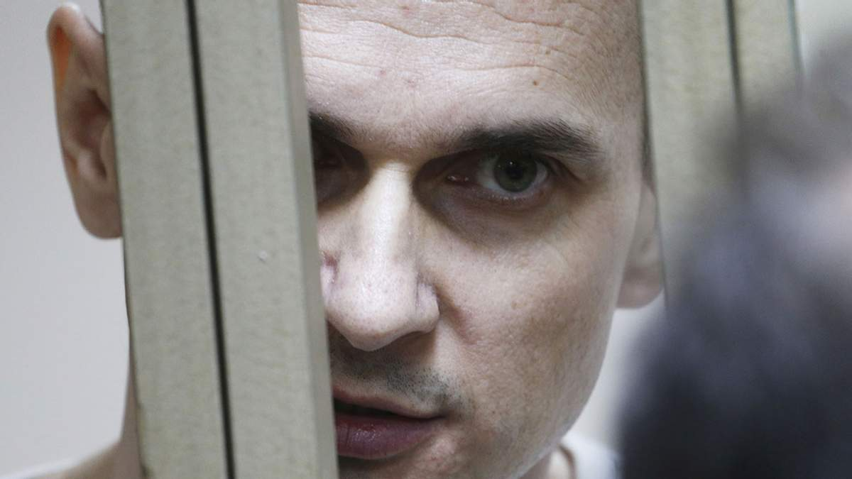 Адвокат Сенцова розповів, що режисер стежить за новинами в Україні